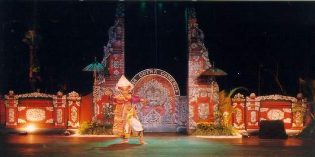 Tarian ini mempunyai struktur koreografi yang terdiri dari tiga bagian